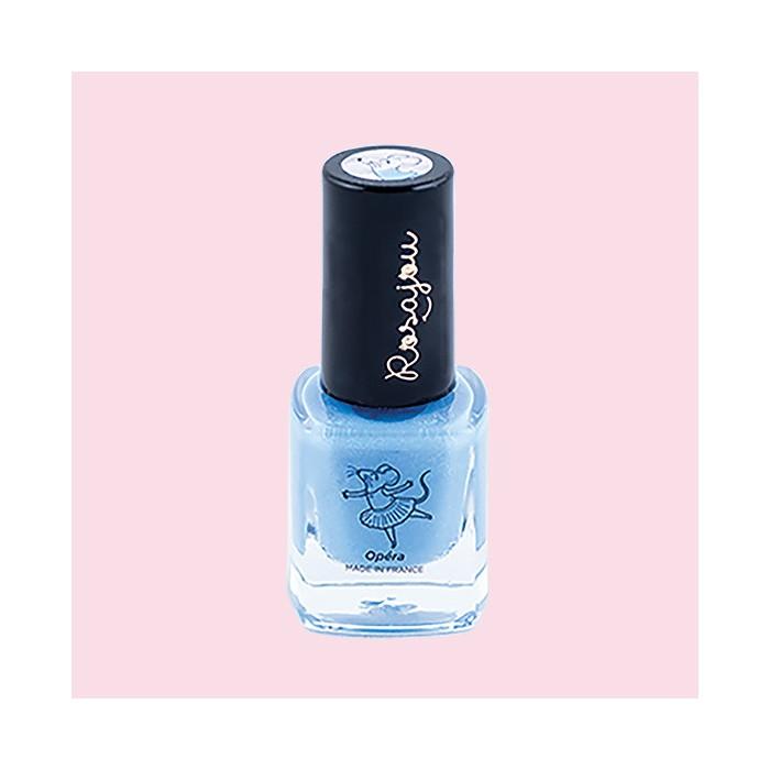 31cc66be580f4 Un bleu translucide ultra nacré qui colore légèrement les ongles. Et pour  couronner le tout